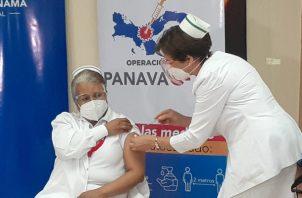 La enfermera Violeta Gaona de Cocherán fue la primera persona vacunada contra la covid-19 en Panamá. Foto: Víctor Arosemena