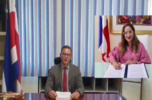 Carlos Daniel Carrasco, de Incopesca, firmó el memorándum de entendimiento con la Arap.