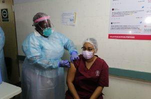 Janeth Padilla, la primera vacunada  contra la covid-19, manifestó sentirse emocionada porque para ella como jefa de este lugar, al igual que para todo su personal,  la vacuna representa una esperanza en medio de esta pandemia.