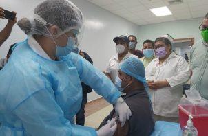 Leonardo Ábrego fue la primera persona que recibió la dosis de la vacuna en Bocas del Toro. Foto cortesía Minsa