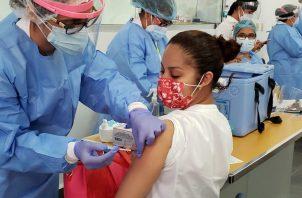Personal de enfermería continuó hoy con la vacunación a personal médico que está en la primera línea contra la covid-19, en el hospital regional Dr. Rafael Hernández. Foto cortesía CSS