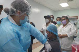 El trabajador manual Leonardo Ábrego, que labora en el Hospital Raúl Dávila Moreno, de Changuinola, fue el primer vacunado en Bocas del Toro. Cortesía