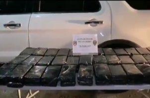 Los dos implicados se hacían pasar por funcionarios del Ministerio de Salud, y en el techo del auto tenían oculto 70 paquetes rectangulares de presunta droga.