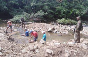 La extracción artesanal del oro contamina los ríos.