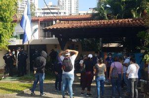 Un grupo de 40 manifestantes protestó ayer frente al Consulado de Nicaragua, pero fue dispersado por la Policía Nacional. Foto de Internet