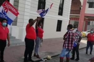 En las pancartas pedían al asesor presidencial, Ali Waked, y a la gobernadora de Colón, Iracema de Dale, respuestas en materia de plazas de trabajo para las bases del colectivo político.