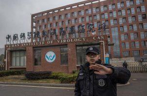 Un agente de seguridad impide tomar imágenes en el exterior del Instituto de Virología de Wuhan, China.