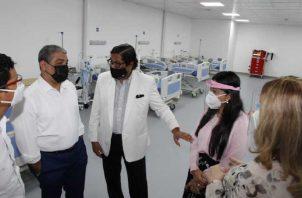 El ministro de Salud, Luis Francisco Sucre, realizó un nuevo recorrido por el hospital temporal del Itse, en Tocumen. Foto de cortesía