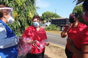 Para fortalecer las medidas de bioseguridad y evitar la propagación por la covid-19, el departamento de Promoción de la Salud de la región de Herrera entregó pantallas faciales a familiares de privados de libertad en la cárcel pública de Chitré.