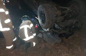 Uno de los ocupantes se mantenía atrapado en el vehículo. Foto:Mayra Madrid