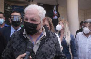 Ricardo Martinelli junto a un grupo de simpatizantes ayer en la Corte Suprema de Justicia.