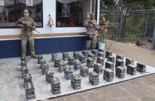 Las autoridades contabilizaron cinco bultos que contenían 200 paquetes de sustancias ilícitas aún por determinar.