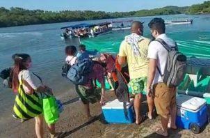 En el sector de Boca Chica algunas lanchas trasladaban a los bañistas a playas cercanas para disfrutar de este domingo.