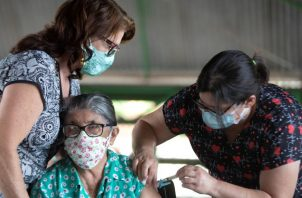 La Secretaría de Salud de Brasilia inició otra etapa de vacunación contra el covid-19, exclusiva para personas de 80 años o más. Foto de EFE