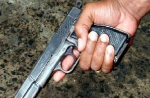 El sentenciado caminaba por las calles con un arma de fuego en la mano, en el sector de Mano de Piedra. Foto ilustrativa