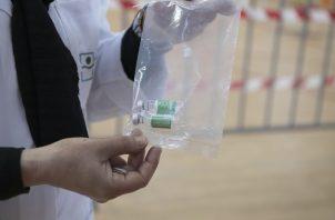 La vacuna de AstraZeneca se sigue aplicando en el Reino Unido. Foto: EFE