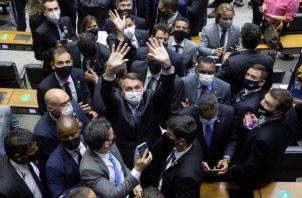 El presidente de Brasil, Jair Bolsonaro (c), participa en la apertura del año legislativo hoy miércoles, en la Conferencia Nacional en Brasilia.