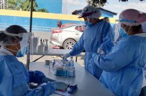 Su trabajo está reflejado en la cantidad de pruebas COVID que se realizan cada día en Panamá . Foto / Minsa.