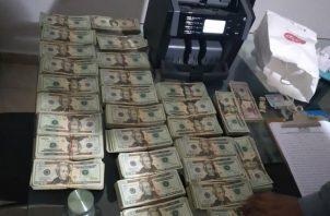 De acuerdo con información de la Policía Nacional, esta alta suma de dinero en efectivo es de dudosa procedencia. Foto cortesía Policía Nacional