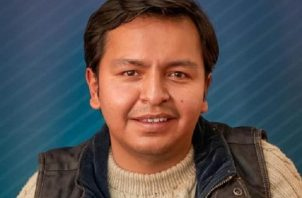 Nelzon V. mientras muestra el billete ganador del primer sorteo de la Lotería Nacional de Bolivia