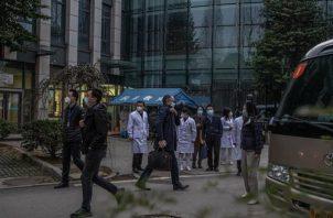 Expertos de la Organización Mundial de la Salud están en Wuhan.