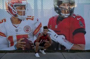Mahomes (Izquierda) y Brady (Derecha) en un banner del Super Bowl en la ciudad de Tampa, Florida. Foto: EFE