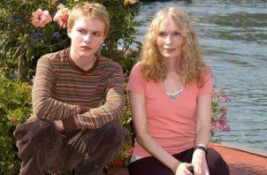 La actriz estadounidense Mia Farrow (d) posa para las fotos con su hijo.