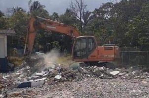 Iniciaron los trabajos de demolición del Centro Educativo Anastacia Mitre.