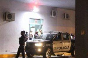 Ante el hecho violento, la Policía Nacional llegó al lugar para recabar información que pueda dar con el paradero de los pistoleros.