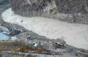 Una gran avalancha de agua y lodo golpeó una zona montañosa.