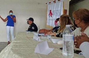 Reunión para coordinar estrategias contra la violencia en la mujer.