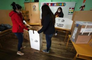 Jurados electorales instalan un puesto de votación hoy en un centro electoral en Quito