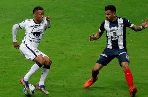 Gaby Torres espera aportar su cuota de goles para Pumas. EFE