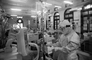 """La pandemia de la COVID-19, llegó sin que la humanidad se encontrara preparada, pese a las enseñanzas que dejó la """"gripe española"""",  producto del no acceso de los historiadores a los círculos de decisión política.  Foto: EFE."""