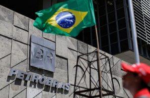Petrobras informó igualmente que los procesos de venta de las otras seis refinerías que pretende privatizar siguen en marcha. EFE
