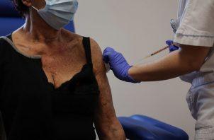 Un trabajador sanitario administra una dosis de la vacuna Pfizer-BioNTech contra la enfermedad por coronavirus, a una persona mayor de 80 años en Roma, Italia. Foto: EFE