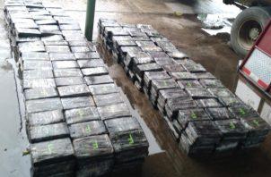 La droga era transportada en un camión que tenía en el piso un doble fondo, donde fueron ubicados 531 paquetes que estaban forrados con cinta adhesiva de color negro.