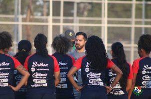 """Ignacio """"Nacho"""" Quintana dirige entrenamientos de la selección femenina. Foto: @fepafut"""