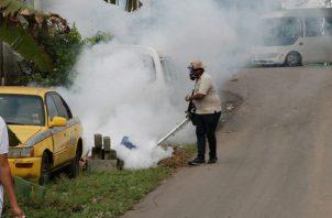 Personal del Minsa realiza fumigaciones.