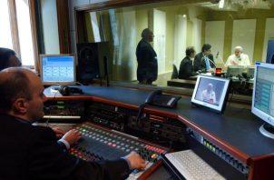 El Papa Benedicto XVI (d) visitaba los estudios de Radio Vaticano,en el 75º aniversario de la emisora, en 2006.