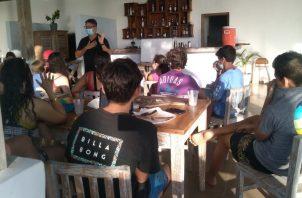 Los jóvenes cumplen con las medidas de bioseguridad y ayudan a la reactivación económica del lugar. Cortesía