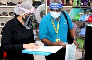 Citaciones y multas a comercios por incumplir normas sanitarias. Foto: Cortesía