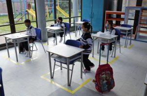 Estudiantes atienden en clase con los pupitres separados respetando las recomendaciones para evitar el contagio por la covid-19.