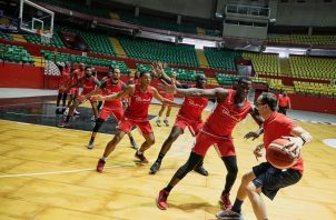 Jugadores de la selección de baloncesto se preparan para sus encuentros frente a Brasil y Uruguay. Foto: @FePaBa