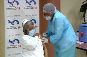 """El pasado 20 de enero cuando la enfermera Violeta fue vacunada con la primera dosis, pidió a la población vacunarse y """"no sentir temor y ser positivos""""."""
