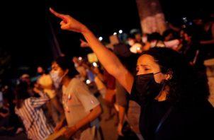 Ciudadanos protestan frente a la sede de la Senniaf, contra los casos de abuso a menores ocurridos en albergues de dicha institución.