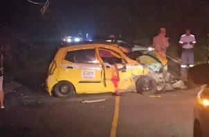 El taxi mostraba serios daños en su parte frontal y quedó de lado en la vía. Foto: Eric A. Montenegro