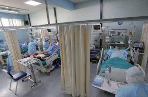 Trabajadores de la salud atienden pacientes con covid-19 dentro de la Unidad de Cuidados Intensivos del Hospital Alberto Sabogal en el Callao (Perú). Foto:EFE