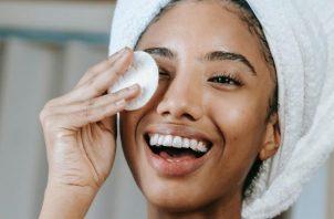 Para remover el maquillaje no necesitan una rutina que tenga muchos pasos, una rutina simple es más que suficiente. Foto: Ilustrativa / Pexels