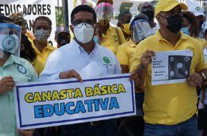 Profesores entregaron el anteproyecto al presidente de la Comisión de Educación, Héctor Brands. Foto de cortesía